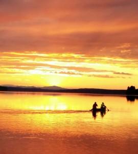 Trots hösten och kommande vinter!  Tänk positivt, snart vänder det igen. Njut av bilden tagen en underbar sommarkväll. Jag njöt i vilket fall som helst längst bak i kanoten!